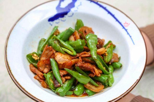 微辣鲜香的青椒炒兔肉,外酥里嫩,香味四溢,让人食欲大开
