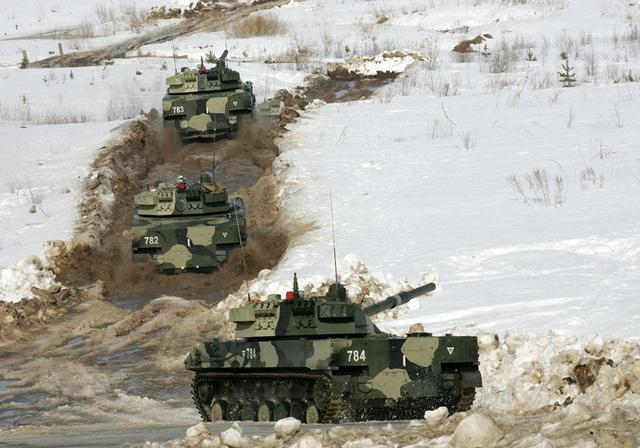 俄精锐空降师驰援,苏24挂弹起飞,500公斤级子母弹炸飞叛军坦克