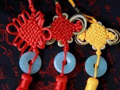 中国游客在巴基斯坦旅游,送了当地女导游这礼物,让导游很感动