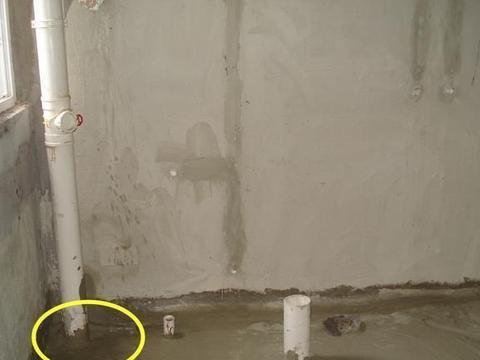 先用水泥把卫生间排水管包半截,等防水做完再包到顶