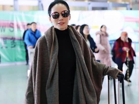 49岁俞飞鸿接地气,穿着简单很日常,你的衣柜里也有她身上的单品