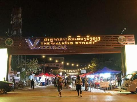 老挝万荣旅游攻略:万荣夜市很热闹,湄公河畔很璀璨