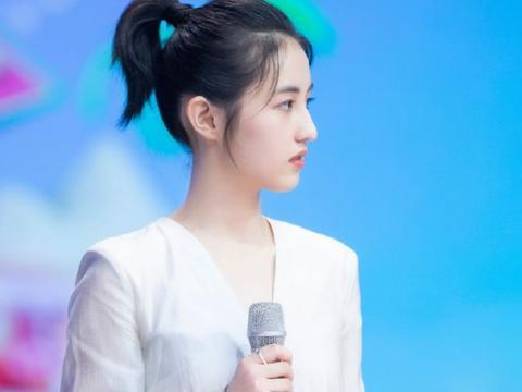 都说张子枫不适合穿一字领,当她闭眼后,展现不同时尚态度
