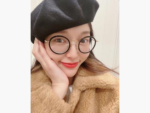 甜美系唐嫣已上线,贝雷帽配黑框眼镜毛绒夹克,软萌样子太迷人
