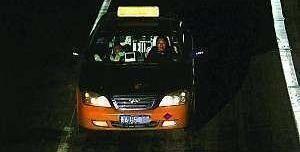 醉酒乘客下车呕吐,沈阳的哥载着她山寨LV包跑了,包里有近2万元