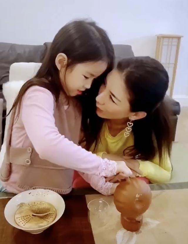黄奕教女儿茶道,铛铛给妈妈沏茶,披散着长发越来越淑女漂亮