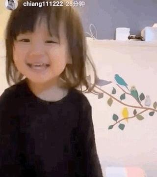 江宏杰31岁生日,女儿唱歌送祝福,弟弟10个月大已学会站立