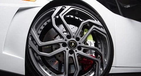 维修工提醒:汽车轮毂被剐蹭,不要考虑费用问题了,不好就要换