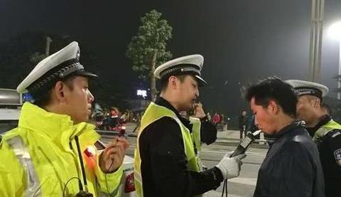 喝完酒等代驾来的路上被查,车主大喊冤枉,交警:罚的就是你