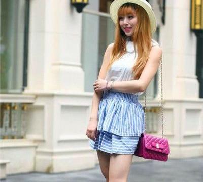 街拍:美女戴一副时髦的太阳镜,身穿拼色连衣裙,充满着帅气