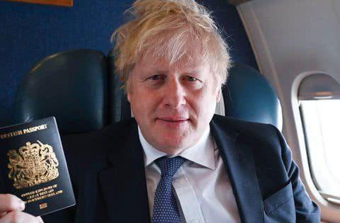 英国首相展示脱欧后全新蓝色护照,法国制作波兰生产,啪啪打脸