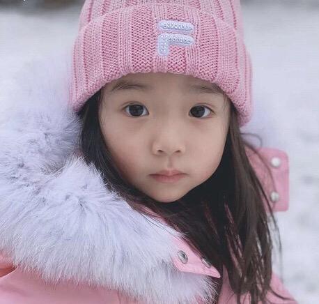 李小璐晒甜馨近况,频繁曝光孩子引质疑,董璇育儿方式却不同