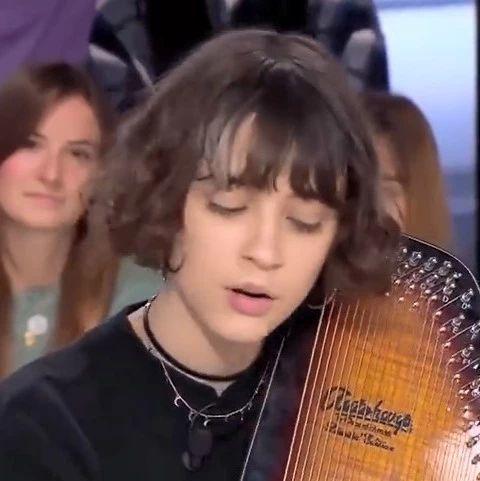 法国小姐姐弹唱《千与千寻》主题曲,一开口就惊艳了!
