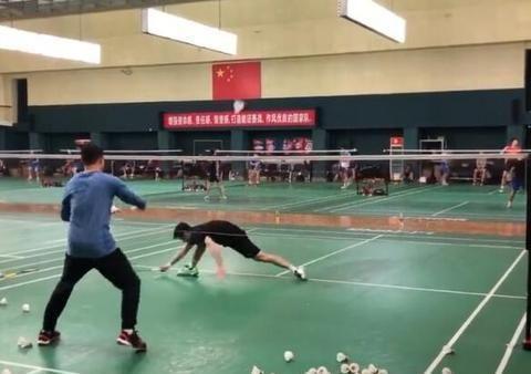 艰苦!国羽训练日常被曝光,黄雅琼与两位教练对打