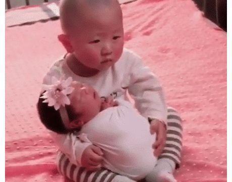 小男孩抱着刚出生妹妹拍艺术照,全程生无可恋,网友的解说亮了