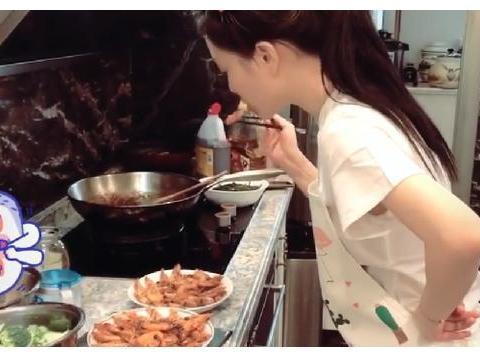 李小璐罕见秀厨艺,被热油溅到夸张尖叫,旁边阿姨的表情太抢镜