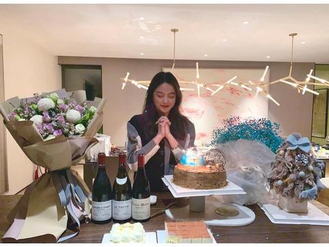 王中磊女儿晒22岁庆生照 王文也被蛋糕鲜花包围甜笑许愿
