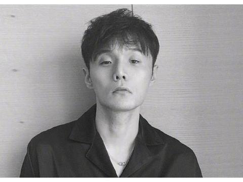 李荣浩凌晨站在天台上抽烟,感慨自己的日常生活,粉丝集体劝戒烟
