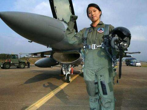 女飞行员开战斗机,想上厕所怎么办?方法脑洞大开
