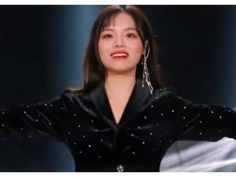 《歌手》黄霄云淘汰歌手,表情变换耐人寻味,袁维娅的话引起共鸣