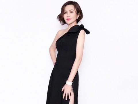 57岁关之琳宝刀未老,一袭黑色透视蕾丝斗篷裙,风采不减当年