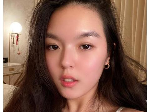 李咏17岁女儿晒近照自拍,两种画风随意切换,烟熏妆气质酷似巩俐