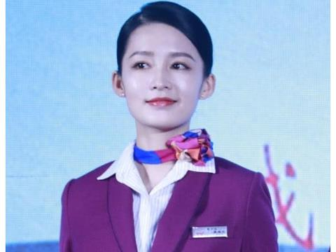 有种对比叫李沁和张天爱,同穿空姐服,前者的腿却比后者白2个度