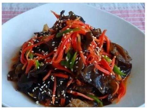 简单家常菜:肉烧素鸡,胡萝卜炒木耳,煎豆腐,泡椒菊花胗的做法