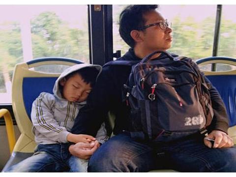 老人嫌七岁的孩子让座慢,直接把娃书包丢在地上,宝爸:咱不让了