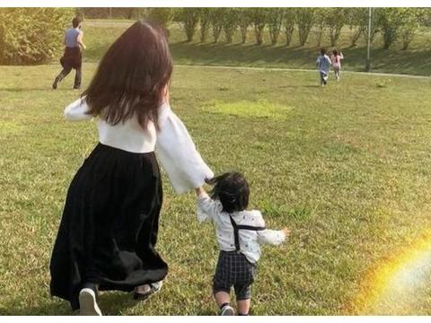 李靓蕾晒出姐弟三人玩耍照,一家五口草地追逐打闹画面温馨有爱