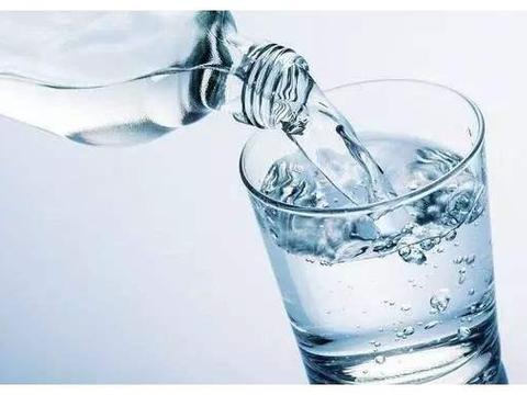 母乳喂养的宝宝用喝水吗?孩子喝水无小事,6岁前5个妙招来助力