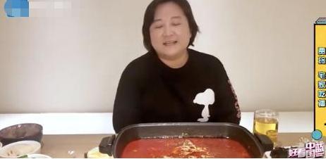 贾玲深夜直播吃火锅,被爸爸吐槽要少吃一点,提及男神表情娇羞