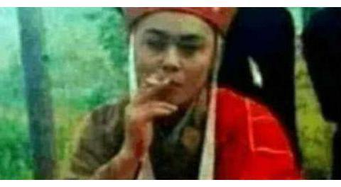 演员休息的时候都在干嘛?唐僧躲在角落抽烟,杨紫这张也太逗了
