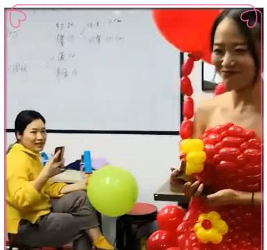 """女孩的""""红色气球""""礼服火了,引起无数网友议论,想扎破它"""