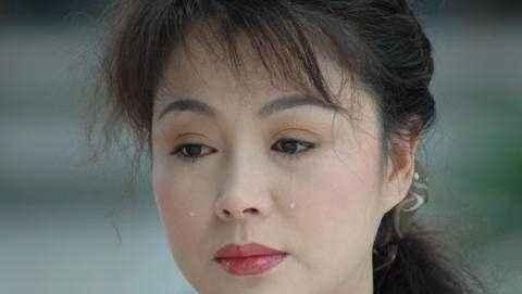 20岁嫁富豪却惨遭家暴,31岁出道一举成名