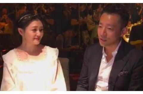 大S超爱老公,汪小菲昔日与朋友说话,获老婆深情凝望还被捏下巴