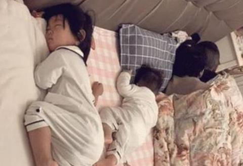 """一家4口""""睡姿照""""火了,网友:父母是真爱,孩子怕是捡来的?"""