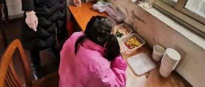 父亲高烧40℃被接走,9岁小女孩怎么办?结局很暖
