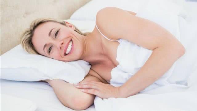 女人晚上睡觉时,要扎发还是散发?我做错多年,难怪老掉发