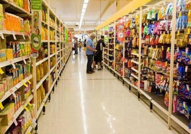 孙子超市闹着吃饼干,奶奶举动让人无语,路人:这种老人教坏孩子