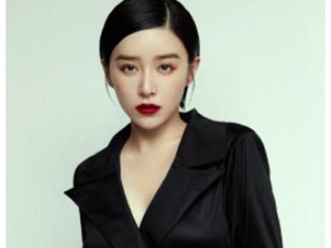31岁阚清子放飞自我,V领高开叉长裙性感优雅,红唇大长腿迷人