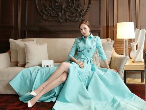 郑秀妍也太美了,穿淡蓝色开叉礼服坐沙发上,秀长腿优雅迷人
