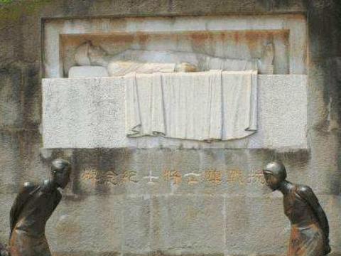 一群日本人跪在烈士陵园,日本要求拆除,中国:除非拆掉靖国神社