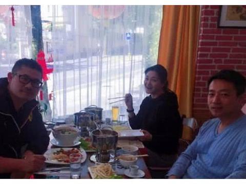 大S汪小菲瑞士吃火锅庆祝八周年纪念日, 素颜与路人合影皮肤超好