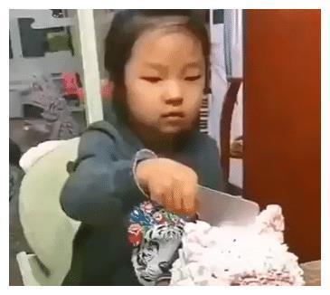 小女孩切生日蛋糕,却遭遇父母恶作剧,网友:最后这一笑太戳心了