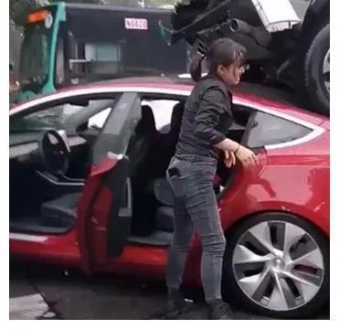 彪悍SUV撞上特斯拉,不料名声立马变臭,网友:这简直就是纸糊的