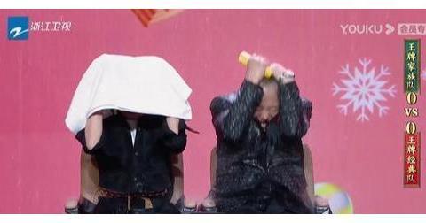 《还珠格格》剧组重聚 赵薇不帮张铁林挡水 拥抱时还跳过他?