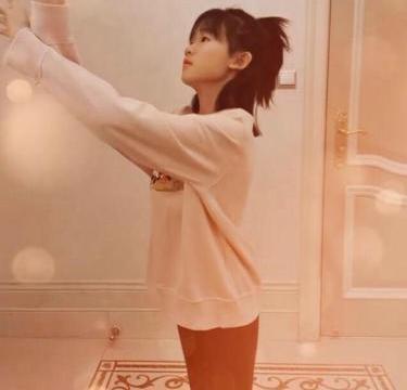 鲍蕾分享女儿跳舞视频,贝儿身穿粉色米奇上衣,舞姿灵动优美