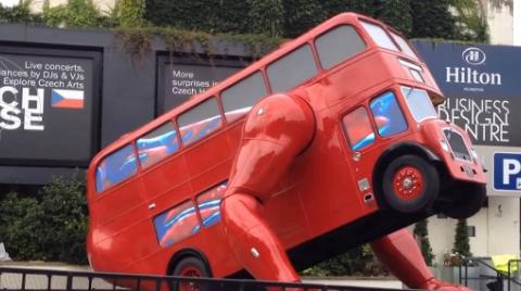 捷克有一辆奇特的公交车,长有手臂,还会做俯卧撑