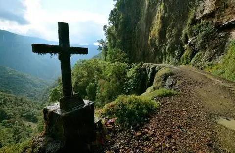 世界上最危险的公路,位于300米的悬崖上,最窄的地方只有3米